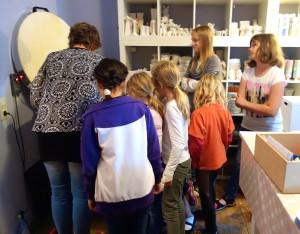 Kinder vor Keramik Brennofen